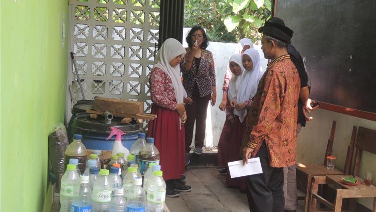 Tim pemilai sekolah Adiwiyata melihat hasil pembuatan pupuk organik. KH/ Kandar
