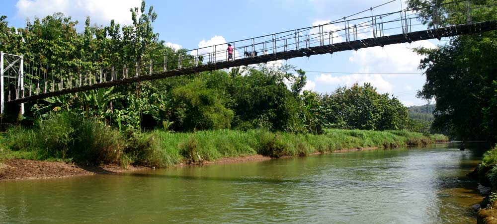 Ibu dan Kambingnya, Jembatan Praon. Photo: WG