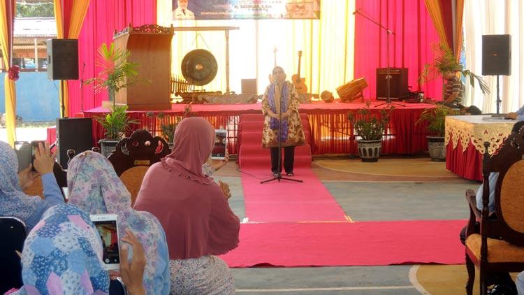 Prof. Dr. Aliyah Rasyid Baswedan, M.Pd saat memberikan motivasi di SMA N 2 Playen, Gunungkidul.