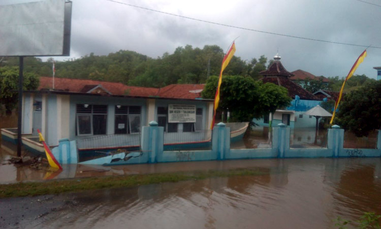 Air menggenang area sekolah SMK N 1 Tanjungsari. KH