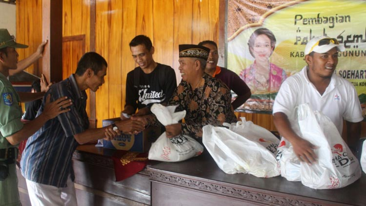 Pembagian sembako di Ngalang, Nglipar. KH/ Edo