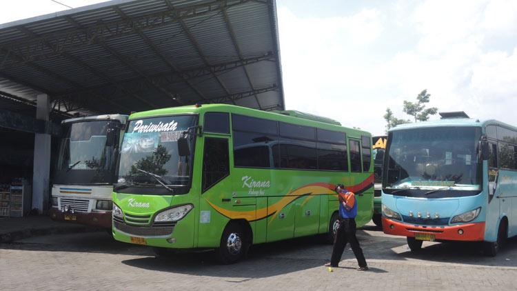 Bus AKDP sedang ngetem di Terminal Dhaksinarga, Selang, Wonosari. KH/ Kandar