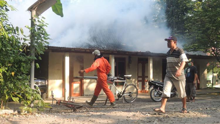Penanggulangan DBD, Warga Pulutan melakukan fogging secara swadaya. KH/ Kandar