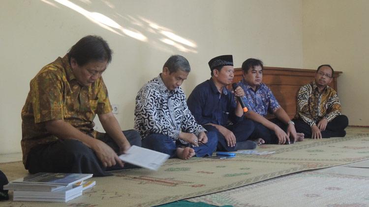 FPNB bersama penerbit buku Graha Ilmu, Wakil Bupati Immawan Wahyudi, dan Kepala Disdikpora, Sudodo, dalam kegiatan diskusi dan buka bersama. KH/ Kandar