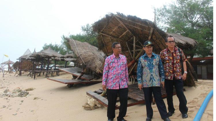 Wakilo Bupati Gunungkidul, Immawan Wahyudi pantau langsung kerusakan pantai selatan. KH/ Edo
