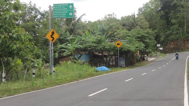 Salah satu jalur alternatif menuju Gunungkidul melalui Parangtriris-Purwosari-Panggang-Saptosari-Paliyan-Wonosari. KH/ Kandar