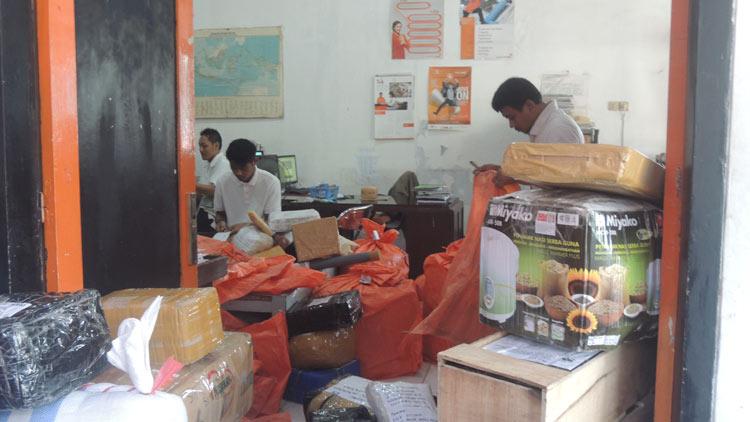 Aktivitas inventarisir kiriman barang di Kantor Pos Wonosari. KH/ Kandar.