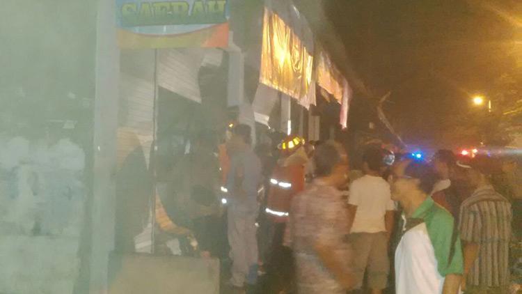 Suasana kerumunan warga menyaksikan kebakaran Toko Saerah. KH
