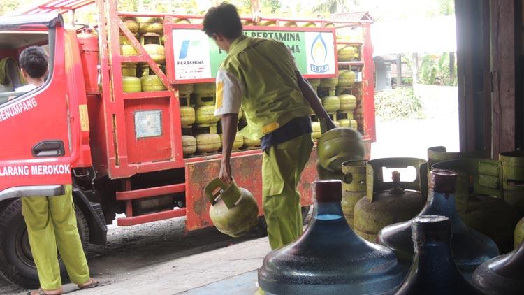 Pengiriman LPG 3 Kg dari distributor ke pangkalan dinilai tidak merata. KH/ Kandar