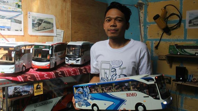 Resa Wahyu Restanto, pembuat miniatur bus. KH/ Edo.
