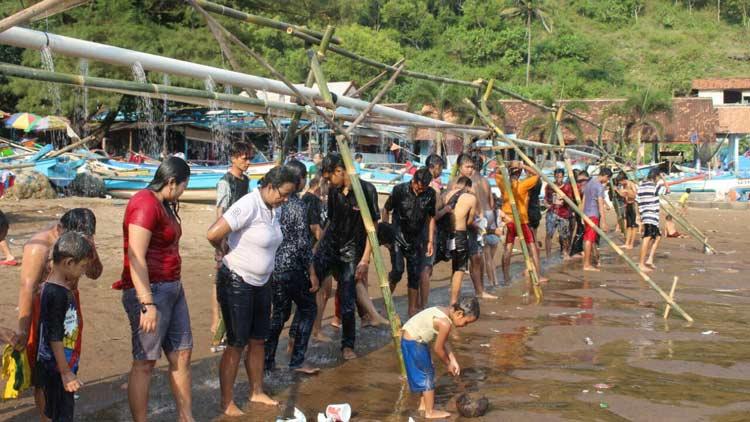 Wisatawan menikmati shower raksasa di Pantai Baron jelang pelaksanaan puasa 1437 H. KH/ Edo