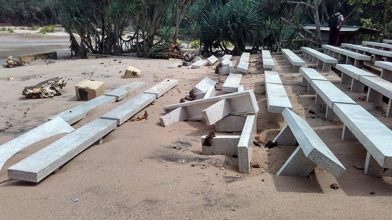 Bangku pertunjukan Pantai Jungwok rusak dihantam gelombang. KH/Rado.