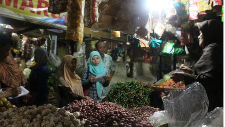 Biro Administrasi Perekonomian dan Sumber Daya Alam DIY melakukan pantuan harga di Pasar Argosari. KH/ Edo