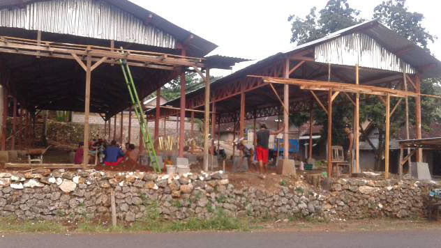 Pedagang sedang membenahi lahan relokasi sementara tempat berjualan. KH/ Kandar
