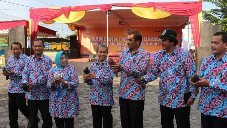 Bupati dan Wakli Bupati bersama jajaran pejabat Pemkab melepas burung merpati sebagai tanda dibukanya pameran potensi daerah. KH/ Edo