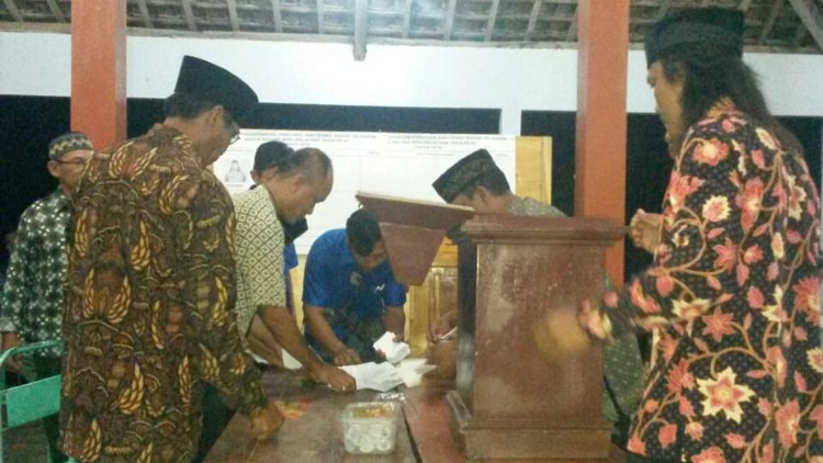 Proses penghitungan suara pemilihan juru kunci makam tiga padukuhan di Desa Gari. KH