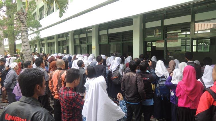 Ratusan pendaftar di SMK N 1 Wonosari memantau peringkat bobot nilai UN. KH/ Kandar