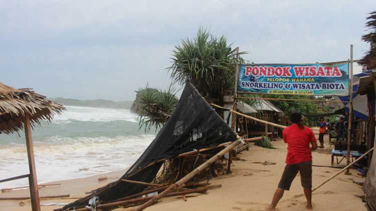 Kondisi Gazebo wisata di Pantai Sadranan setelah dihempas ombak pantai selatan (8/6/16). KH/Edo