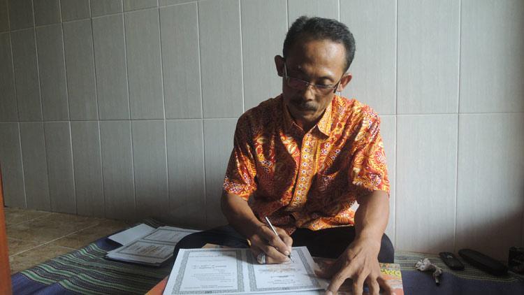 Suharto menyelesaikan penulisan Ijazah. KH/ Kandar