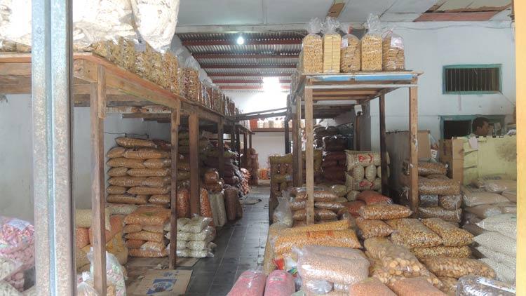 Berbagai aneka camilan di salah satu toko grosir Wonosari. KH/ Kandar