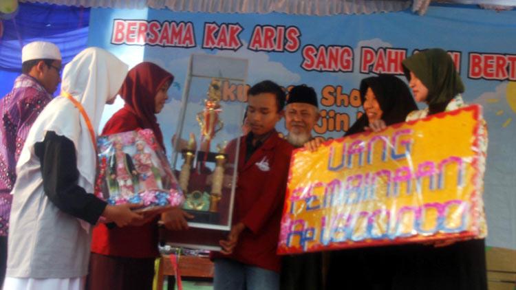 Penyerahan hadiah kepada juara umum FAS PP Al Hikmah. KH/ Sarwo
