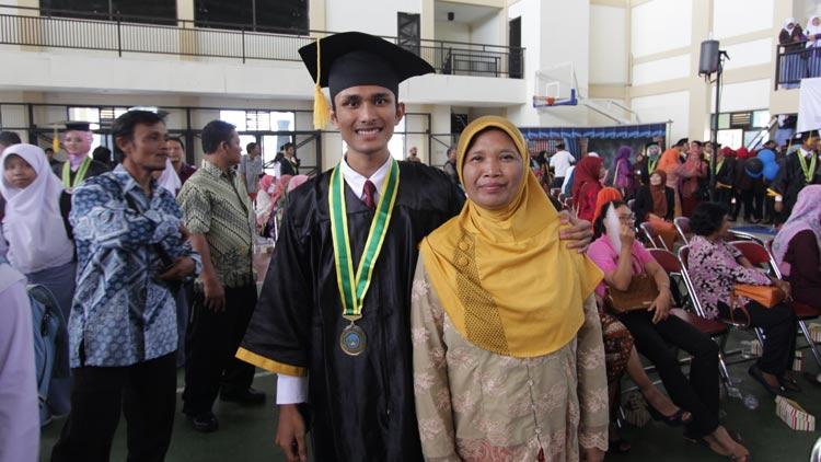 Wardaniawan, siswa SMA N 1 Wonosari peraih nilai UN tertinggi ke dua jenjang SMA se Gunungkidul bersama Tumiyah, ibu kandungnya saat acara wisuda. KH