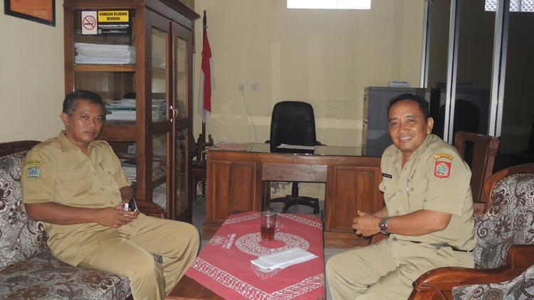 Kepala BPMPKB Gunungkidul, Sudjoko bersama Kades Baleharjo, Agus Setiawan, melakukan sejumlah persiapan. KH/ Kandar.