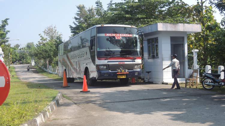 Bus reguler datang masuk ke Terminal Dhaksinarga membawa pemudik ke Gunungkidul. KH/ Kandar