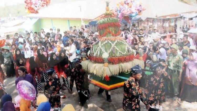 Arak-arakan gunungan Rasul Gubug Gedhe. dok. Desa Ngalang.
