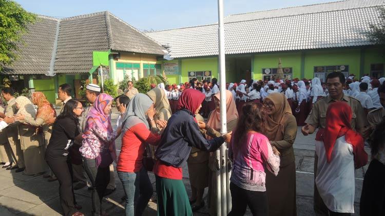 Dewan guru SD N 1 Wonosari menyambut wali murid yang mengantarkan anaknya. KH/ Kandar.
