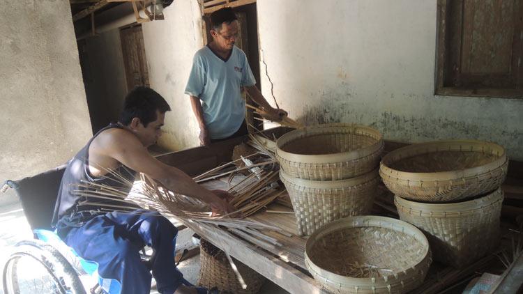 Jumali menyelesaikan pesanan peralatan rumah tangga. KH/ Kandar