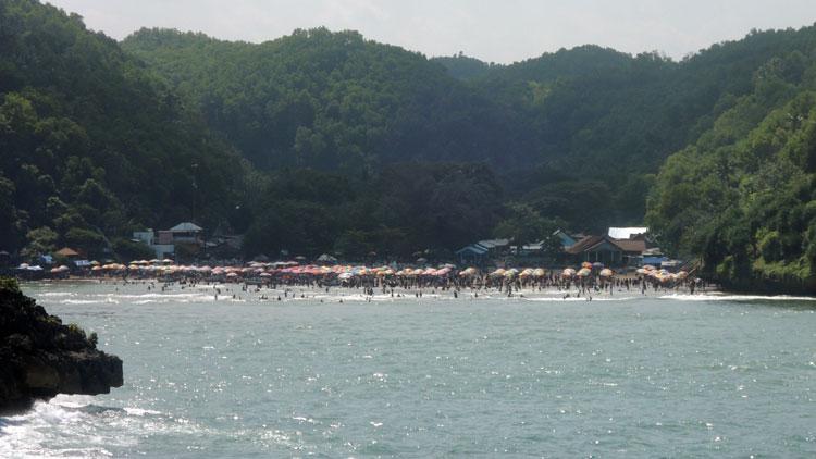 Kepadatan Pantai Baron pada libur Lebaran 2016. KH/ Kandar