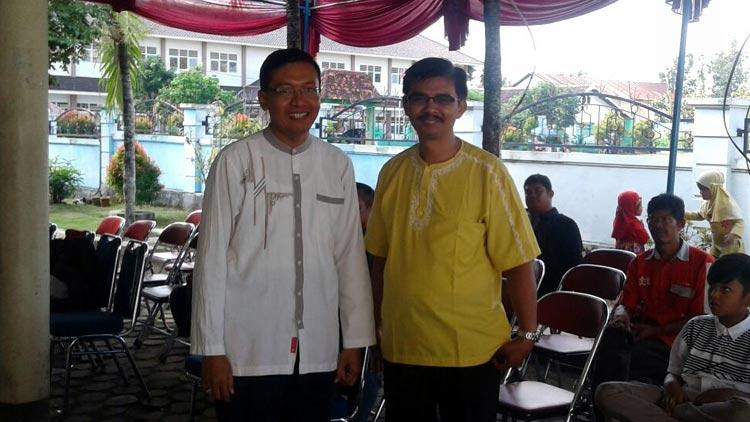 (Kiri-kanan), Hartono pegurus komunitas dan Kepala UPT BPPTK LIPI Hardi Julendra SPT M.Sc. KH