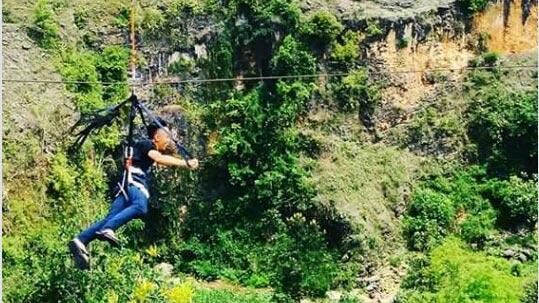 Flying fox, salah satu layanan wisata minat khusus di Lembah/ Goa Ngingrong. KH/ S. Yanto