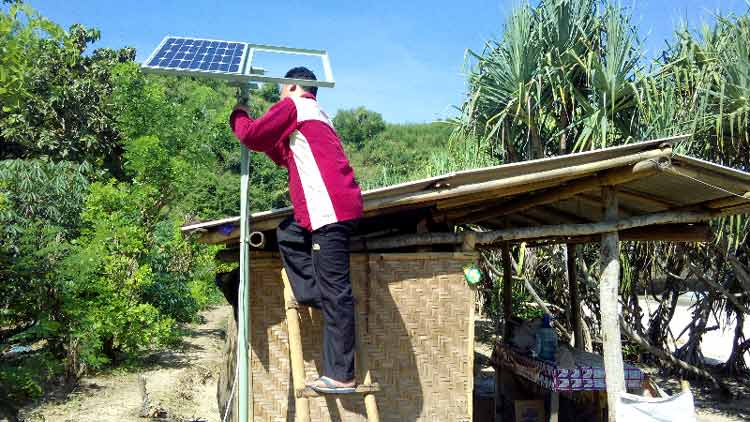 Pemasangan komponen PLTS di Pantai Greweng. (Suyitno)
