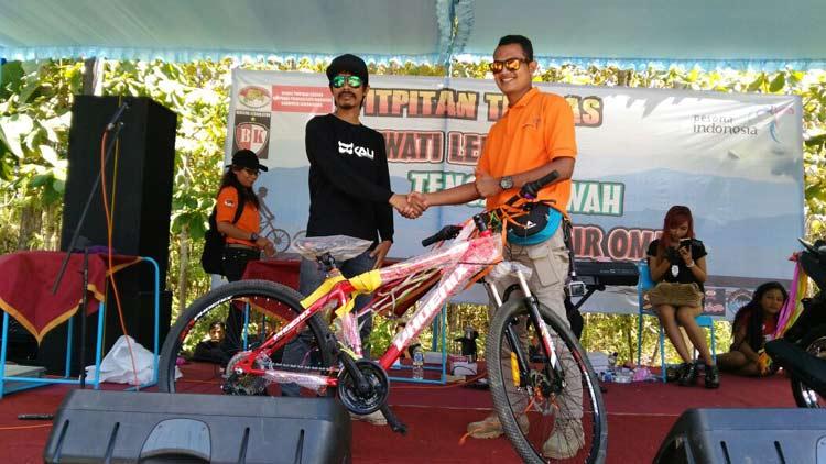 Peserta penerima hadiah pada gelaran Pit-pitan Trabas 2016 di Destinasi wisata Kalisuci. KH