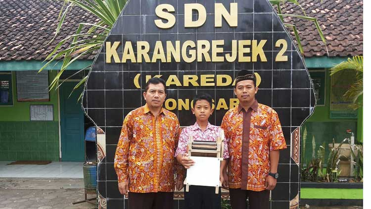 Ahnaf Fauzy Zulkarnaen bersama guru pembimbing dan Kepala Sekolah SDN 2 Karangrejek. KH/ S. Yanto