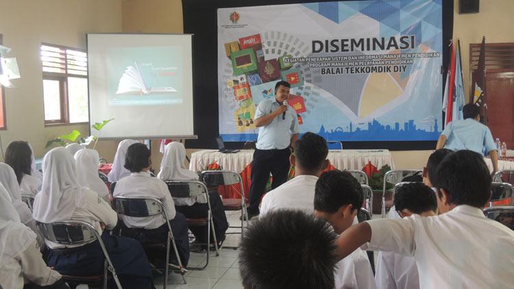 Kegiatan penerapan sistem informasi manajemen pendidikan di SMA N 1 Playen bersama Balai TekKomdik DIY. KH/ Kandar.