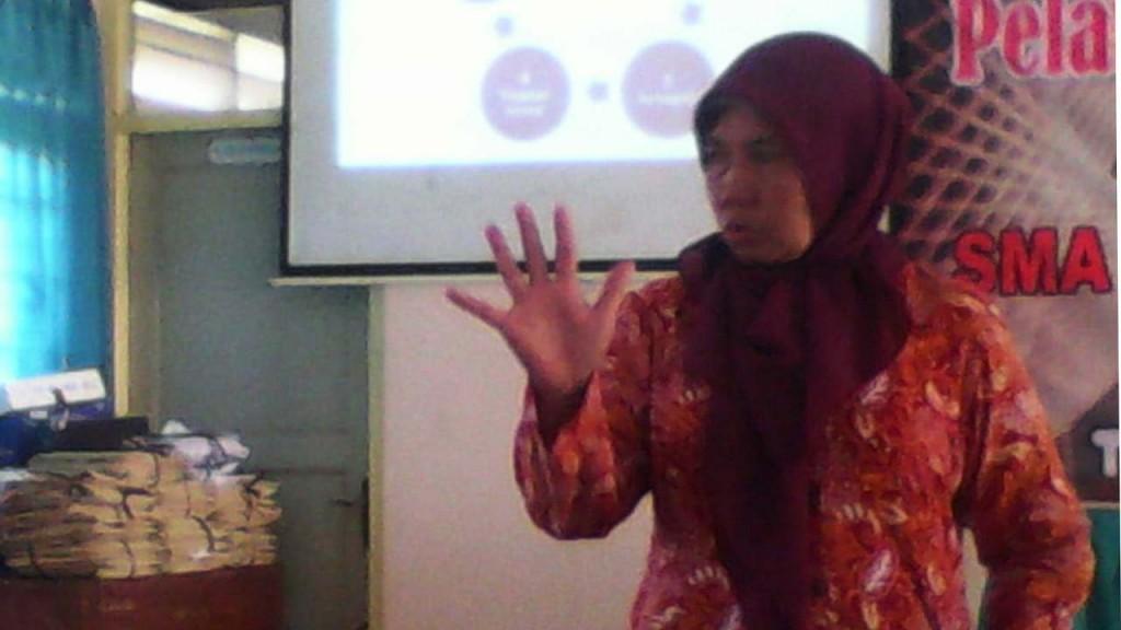 Tuniyah MPd saat memberikan pelatihan dan pendampingan kurikulum 2013 di SMAN 1 Tanjungsari. KH/ S.Yanto