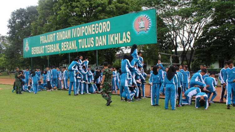 Siswa SMAN 1 Tanjungsari melakukan kegiatan pelatihan di Rindam IV Diponegoro Magelang. KH/ S. Yanto