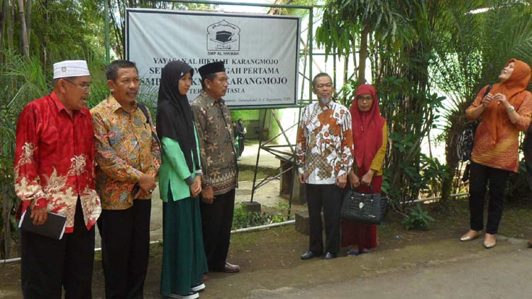 Ketua Dewan Pendidikan Kabupaten Kolaka Utara, Sulawesi Tenggara Drs H Iskandar MM berfoto bersama pengurus Pondok dan santri dari Sulawesi. KH/ Sarwo