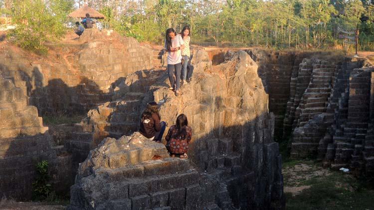 """Bekas tambang, """"Batu Giring"""" menjadi lokasi selfie anak muda. KH/ Kandar"""
