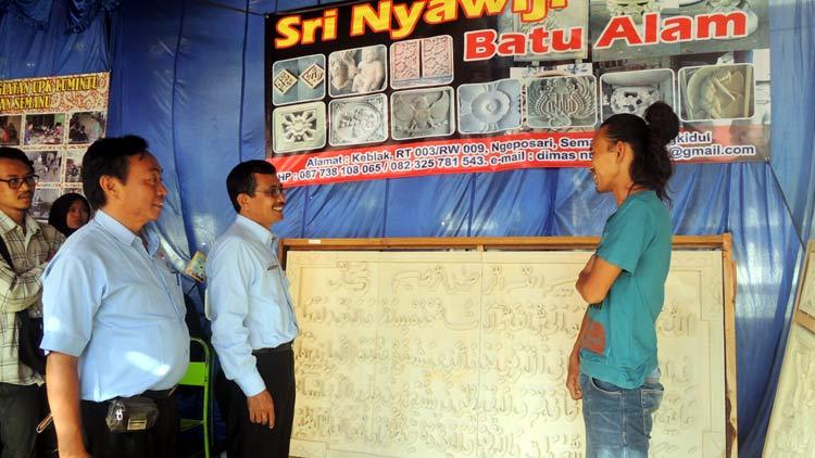 Camat Semanu, Wastana mengunjungi salah satu stand pameran. KH/ Kandar.