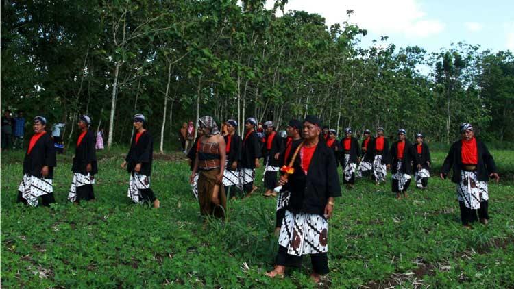Petikan adegan legenda kisah Nyi Wisang Sanjaya lari dari kejaran perampok pada upacara adat Cing-cing Goling di Karangmojo. KH/ Bara