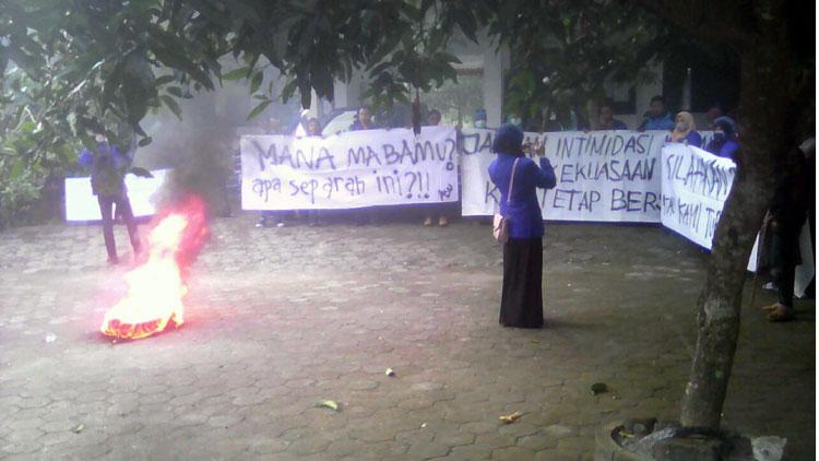 Aksi unjuk rasa Forum Komunikasi Mahasiswa STAIYO Wonosari.