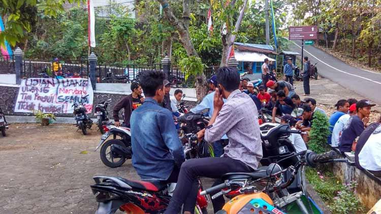 Puluhan warga berkerumun berunjuk rasa di balai Desa Balong, Girisubo. KH/ Rado