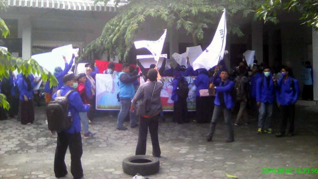 Demo mahasiswa STAIYO di halaman kampus. KH