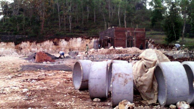 Pengerjaan proyek rest area di Desa Kemiri.KH/ S.Yanto