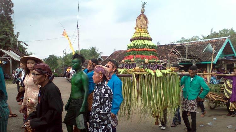 Kirab Rasulan oleh warga Rt. 02 Padukuhan Dondong, Desa Jetis. KH