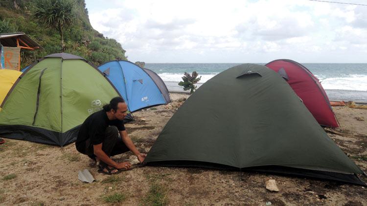 Pendirian tenda di Pantai Nguyahan, Saptosari, Gunungkidul oleh peserta FPN 2016.